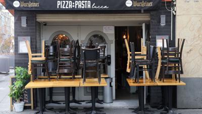 Hier darf man nicht essen:Vor einem Restaurant in Köln stehen die Stühle coronabedingt auf den Tischen.