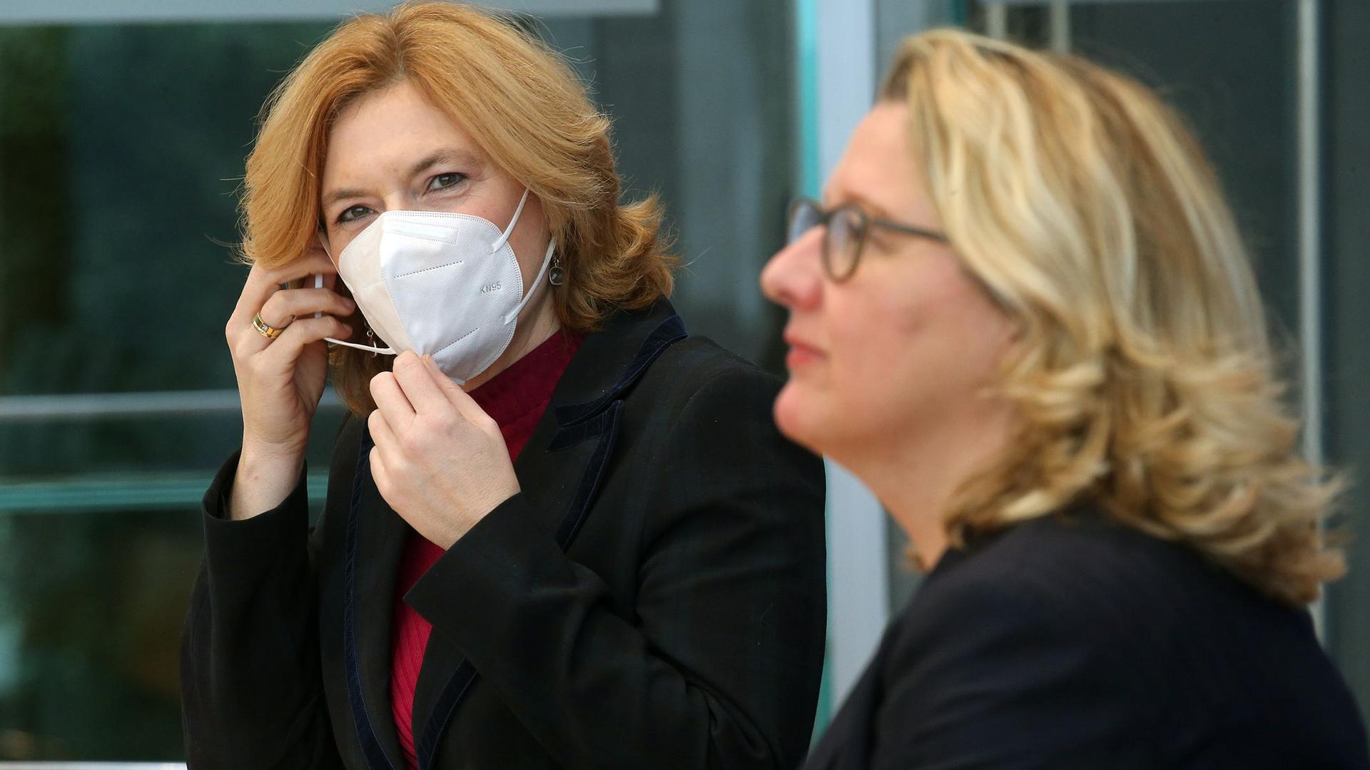 Die Ministerinnen Julia Klöckner (l) und Svenja Schulze stellen die Beschlüsse der Bundesregierung zum Insektenschutz vor.