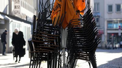 Stühle stehen gestapelt vor einem Restaurant: Der Lockdown wird bis Anfang März fortgesetzt.