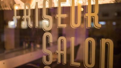 Seit Mitte Dezember sind die Salons wegen der Pandemie geschlossen, im Frühjahr 2020 hatten sie schon mal dichtmachen müssen.
