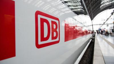 Das Logo der Deutschen Bahn prangt auf einem ICE.