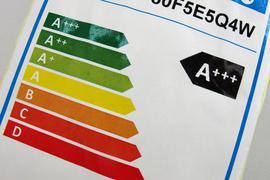 Ein Hinweisschild mit den bisherigen Energieeffizienzklassen steht in München in einem Grossmarkt für Elektroartikel. Vom 1. März an gibt es für bestimmte Elektrogeräte neue Energielabels.