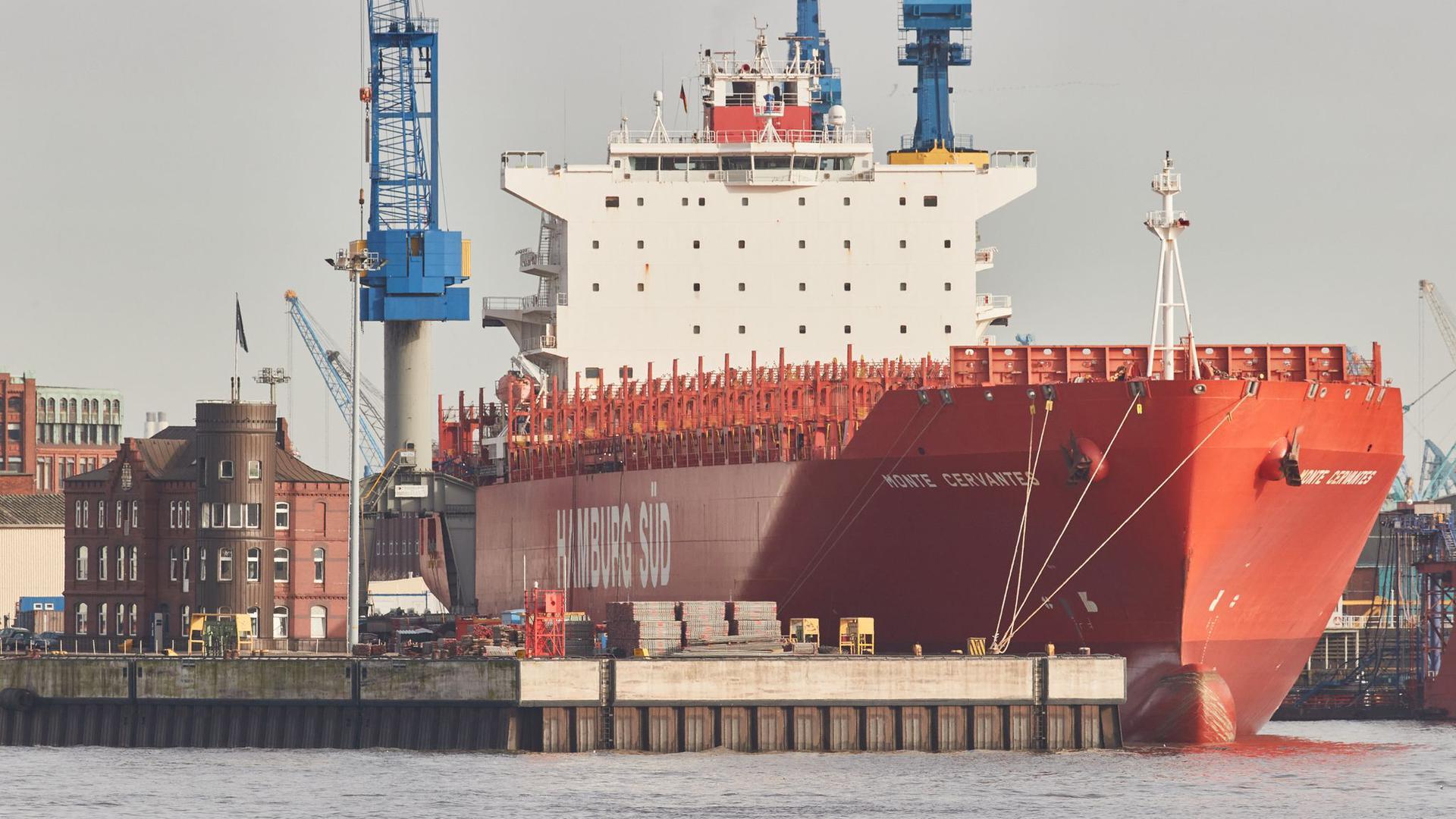 Das Containerschiff Monte Cervantes der Reederei Hamburg Süd liegt am Kai im Werfthafen des Hamburger Hafens.
