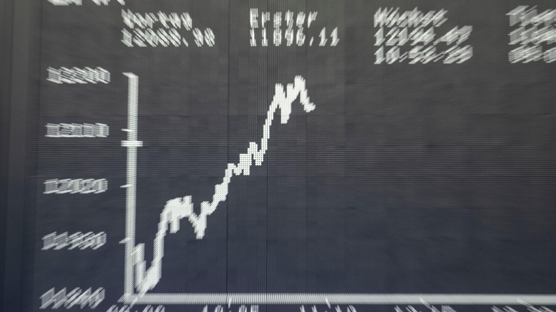Die Dax-Kurve im Handelssaal der Frankfurter Börse auf der großen Tafel.