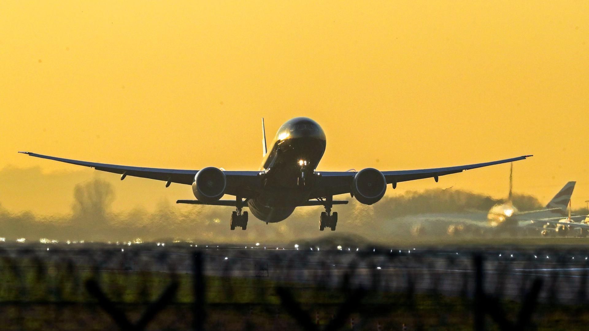 Ein Flugzeug startet vom Flughafen London Heathrow.