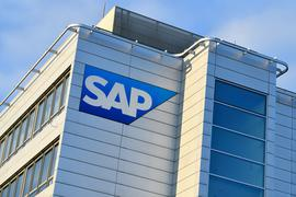 Ein Logo des Softwarekonzerns SAP an einem Gebäude.