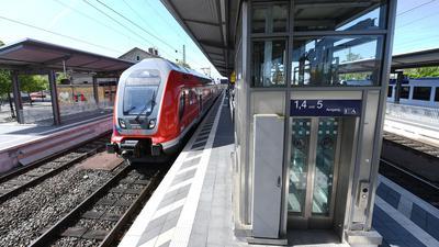 Ein Regionalzug der Deutschen Bahn fährt im Bahnhof von Biblis an einem Gleis ein.