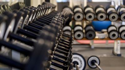 Darf sich ein Vertrag zum Beispiel im Fitnessstudio einfach automatisch verlängern? Darüber diskutiert der Bundestag.