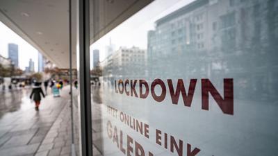 """""""Lockdown"""" steht im Schaufenster eines geschlossenen Kaufhauses auf der Frankfurter Zeil, das darunter zum Online-Einkauf rät."""