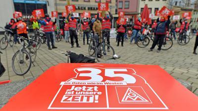 Kundgebung der IG Metall auf dem Holzmarkt in Jena.