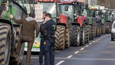 Bauern demonstrieren mit ihren Traktoren vor dem Hessischem Ministerium für Umwelt, Klimaschutz, Landwirtschaft und Verbraucherschutz.