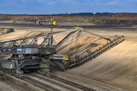 """Ein Eimerkettenbagger trägt Erde im Braunkohletagebau Jänschwalde der Lausitz Energie Bergbau AG (Leag) ab. Die EU-Kommissio hat """"Zweifel, ob die Entschädigung der Betreiber für entgangene Gewinne als erforderliches Mindestmaß betrachtet werden kann""""."""
