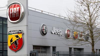 Logos von Autofirmen an der Fassade des Gebäudes, in dem sich der Hauptsitz von Stellantis in Lijnden, in der Nähe von Amsterdam, befindet.
