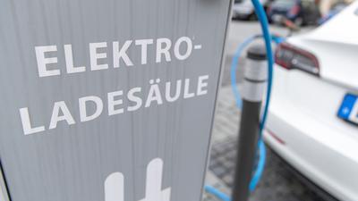 Ein Elektroauto des US-amerikanischen Herstellers Tesla steht an einer Ladesäule in Paderborn und wird geladen.