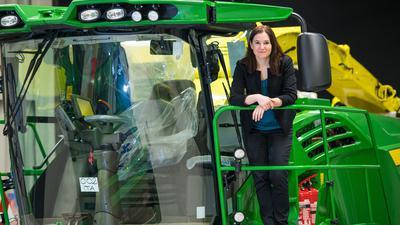 Cornelia Walde steht im John Deere Showroom auf einem Häcksler des Herstellers. Walde leitet das Werk in Zweibrücken (Rheinland-Pfalz).