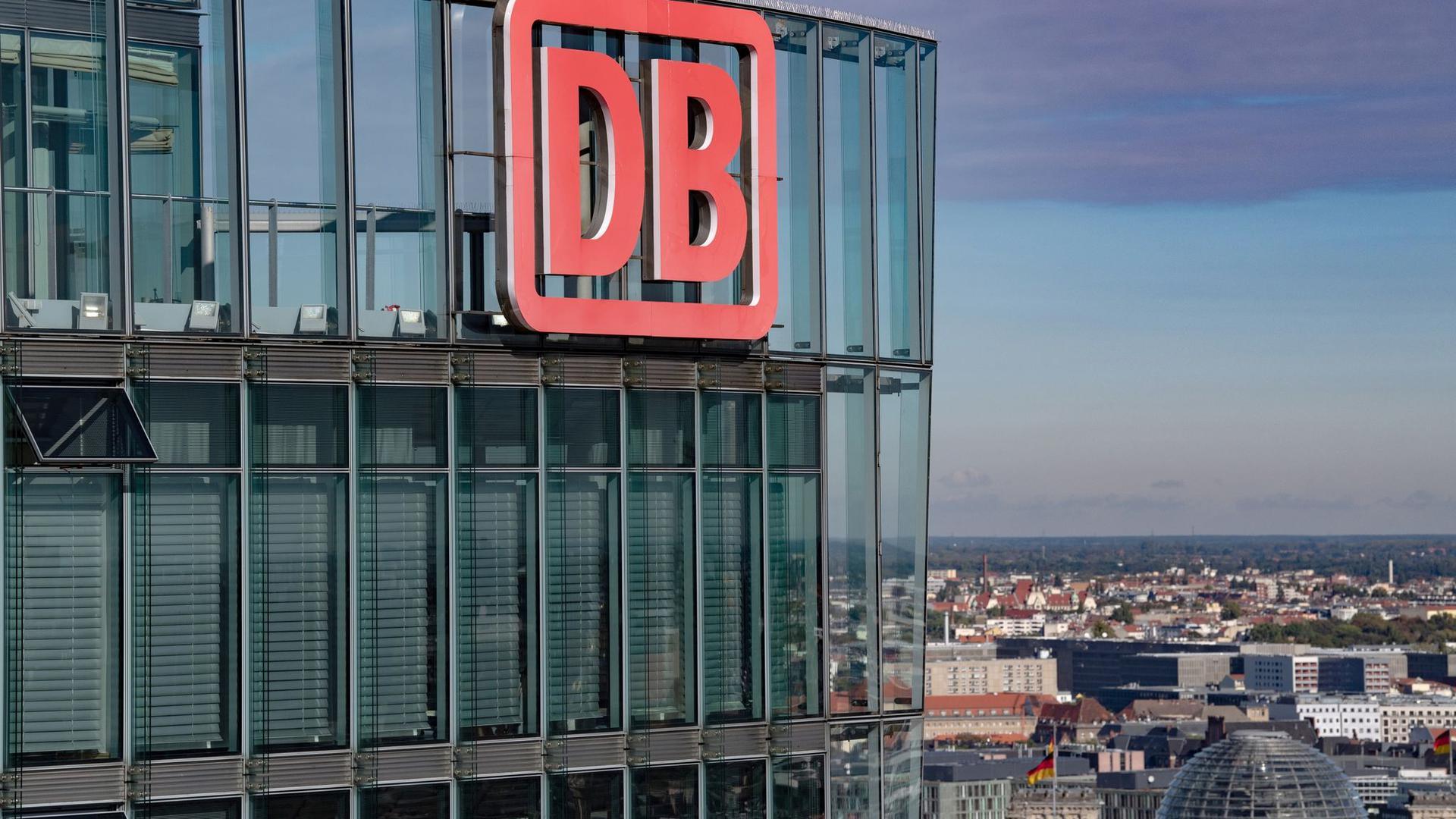 Blauer Himmel über der Zentrale der Deutschen Bahn (DB) am Potsdamer Platz in Berlin.