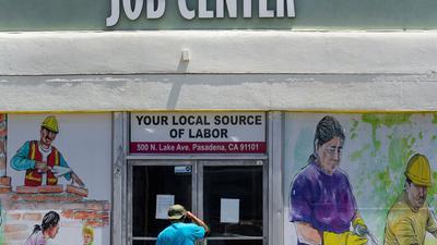 Ein Arbeitssuchender blickt die geschlossenen Türen des örtlichen Jobcenters in Pasadena.
