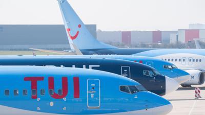 Flugzeuge von Tuifly parken am Flughafen Hannover.