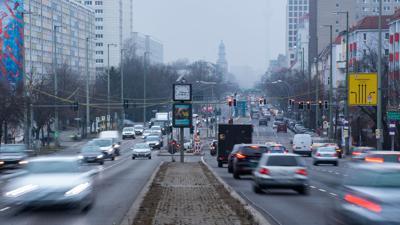 Autos fahren im morgendlichen Berufsverkehr durch Berlin.