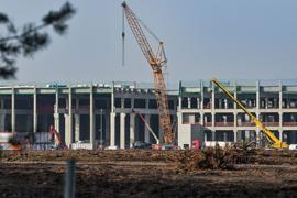 Eine Fabrikhalle entsteht auf dem Baugelände der Tesla Gigafactory östlich von Berlin.