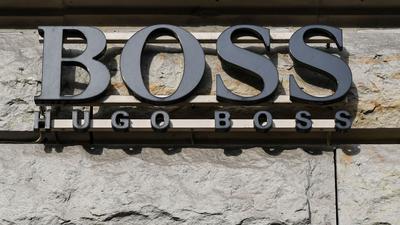 Der Schriftzug vom Mode-und Bekleidungshaus Hugo Boss ist an einem Gebäude zu sehen.