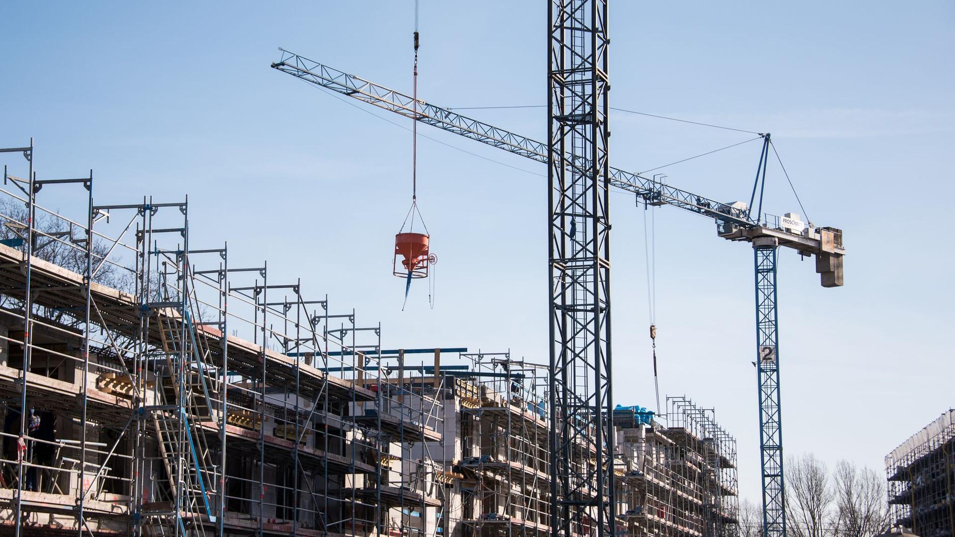 Baukräne auf einer Baustelle eines Neubaus.