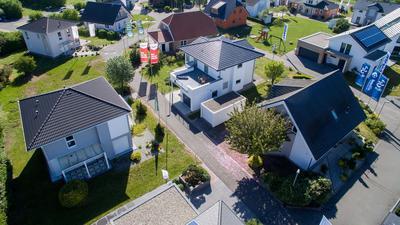 Blick auf den Unger Musterhauspark im Schkeuditzer Ortssteil Dölzig. Hier stehen unterschiedliche Fertigteilhäuser verschiedener Hersteller.