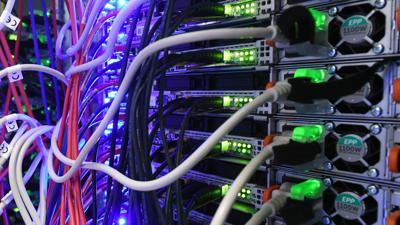 In einem Serverraum in einem Rechenzentrum des Internetdienstanbieters 1&1 am Standort Karlsruhe führen Kabel zu Servern.