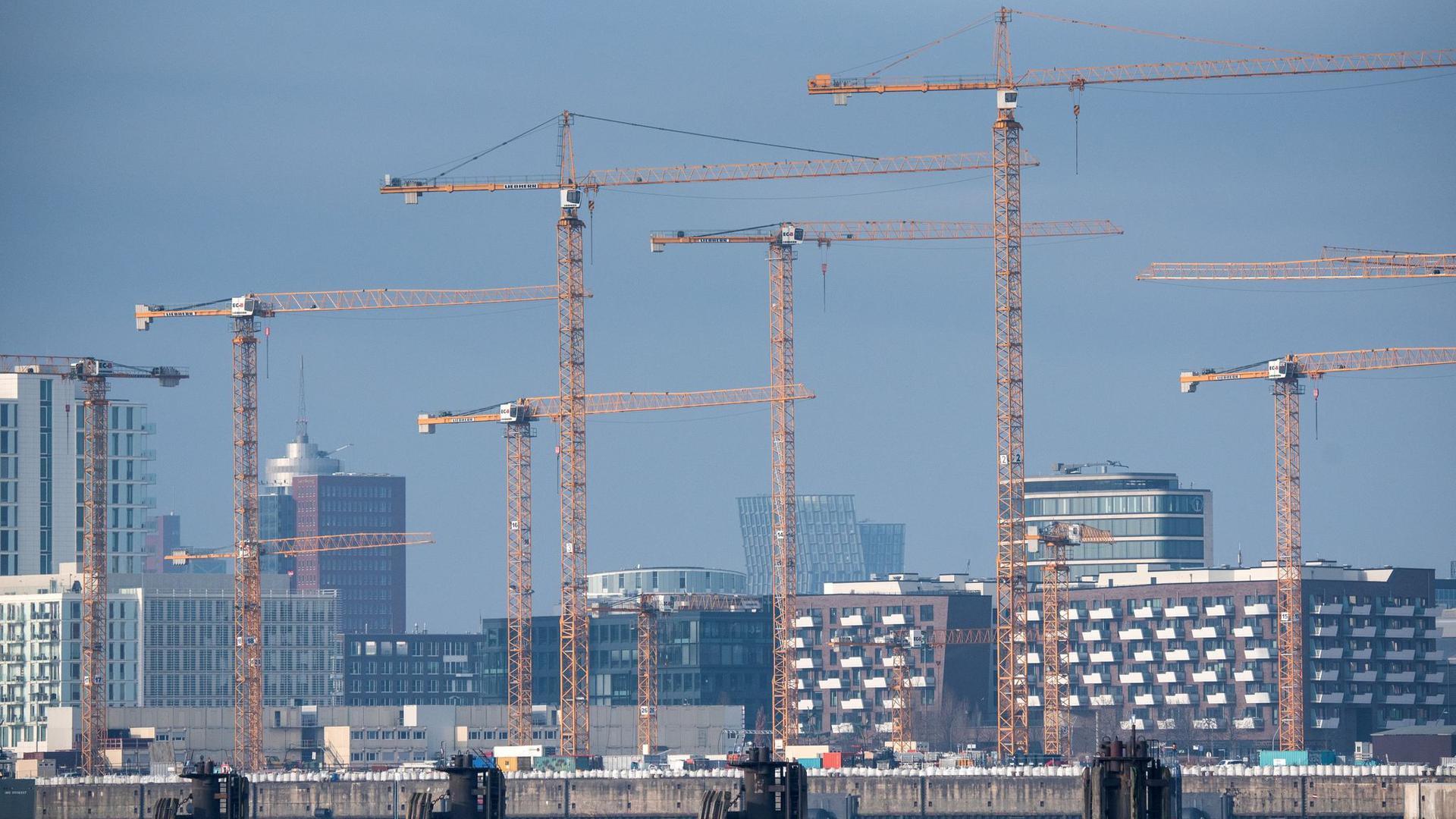 Auch in der HafenCity in Hamburg wird gebaut.