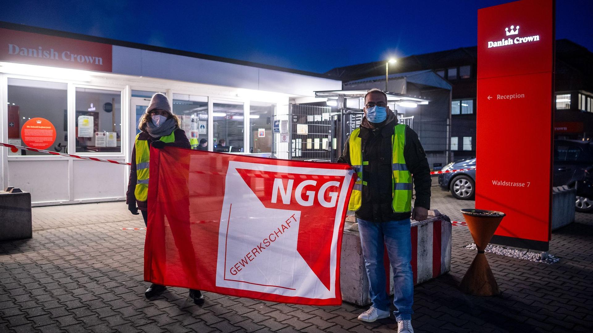 """Mitglieder der Gewerkschaft Nahrung-Genuss-Gaststätten rufen vor dem Unternehmen """"Danish Crown"""" zu Warnstreiks auf."""