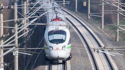 Ein ICE der Deutschen Bahn fährt im Landkreis Hildesheim über die sanierte ICE-Trasse zwischen Hannover und Göttingen.