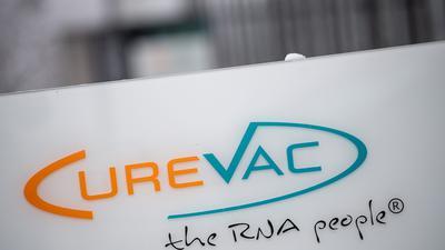 """Das Logo des Biotech-Unternehmen Curevac mit dem Slogan """"the RNA people"""" an der Unternehmenszentrale in Tübingen."""