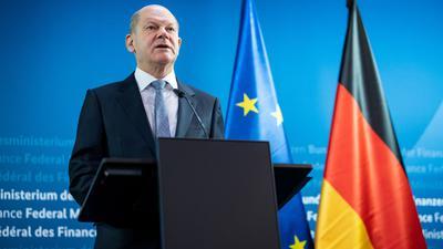 Olaf Scholz (SPD), Bundesfinanzminister, äußert sich vor den informellen Videokonferenzen der Eurogruppe sowie der EU-Wirtschafts- und Finanzminister im Bundesministerium der Finanzen.