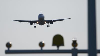 Ein Airbus A320 der Fluggesellschaft Sund Air  beim Landeanflug auf den Flughafen Dresden International.