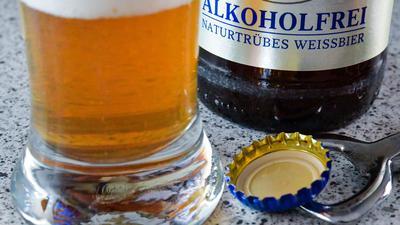 Trotz dauerhaft geschlossener Kneipen haben die deutschen Brauereien zum Tag des Bieres einen echten Hoffnungsträger ausgerufen: das alkoholfreie Bier.
