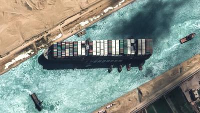 """Das auf Grund gelaufene Containerschiff """"Ever Given"""" blockierte sechs Tage lang den Suezkanal."""