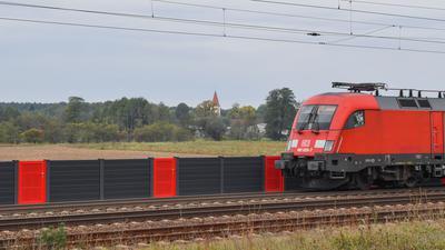 An der Bahnstrecke Berlin - Frankfurt (Oder) wird eine niedrige Lärmschutzwand getestet.