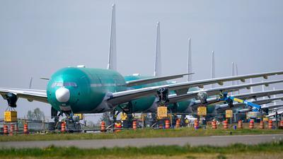 Eine Reihe von Boeing 777X Jets, geparkt auf einer ungenutzten Landebahn in Paine Field in den USA.