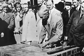 Henry Ford (M) bei der Grundsteinlegung zu den Kölner Ford-Werken am 2. Oktober 1930.
