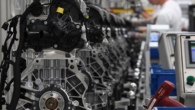 Motoren werden in einem Motorenwerk über die Fertigungslinie gefahren.