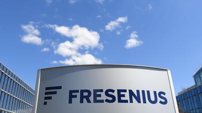 """Der Schriftzug """"Fresenius"""" an der Konzernzentrale der Fresenius SE & Co. KGaA."""