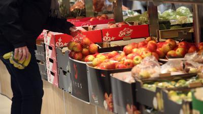 Ein Mann kauft in einem Berliner Supermarkt Obst ein.