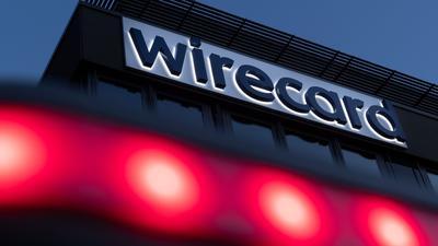 Rote Lichter leuchten vor dem Schriftzug von Wirecard an der damaligen Firmenzentrale des Zahlungsdienstleisters.