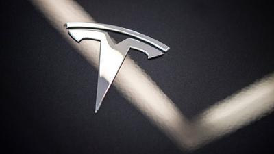 Zwei Tote gab es bei einem Unfall in Texas mit einem Tesla. Ob jemand überhaupt auf dem Fahrersitz gesessen hat, lässt sich möglicherweise nicht mehr klären.