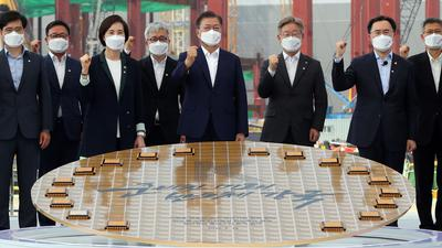 """Halbleiter-Machtzentrum bis 2030"": Staatspräsident Moon Jae In (M) besucht den Samsung-Produktionsstandort in Pyeongtaek."
