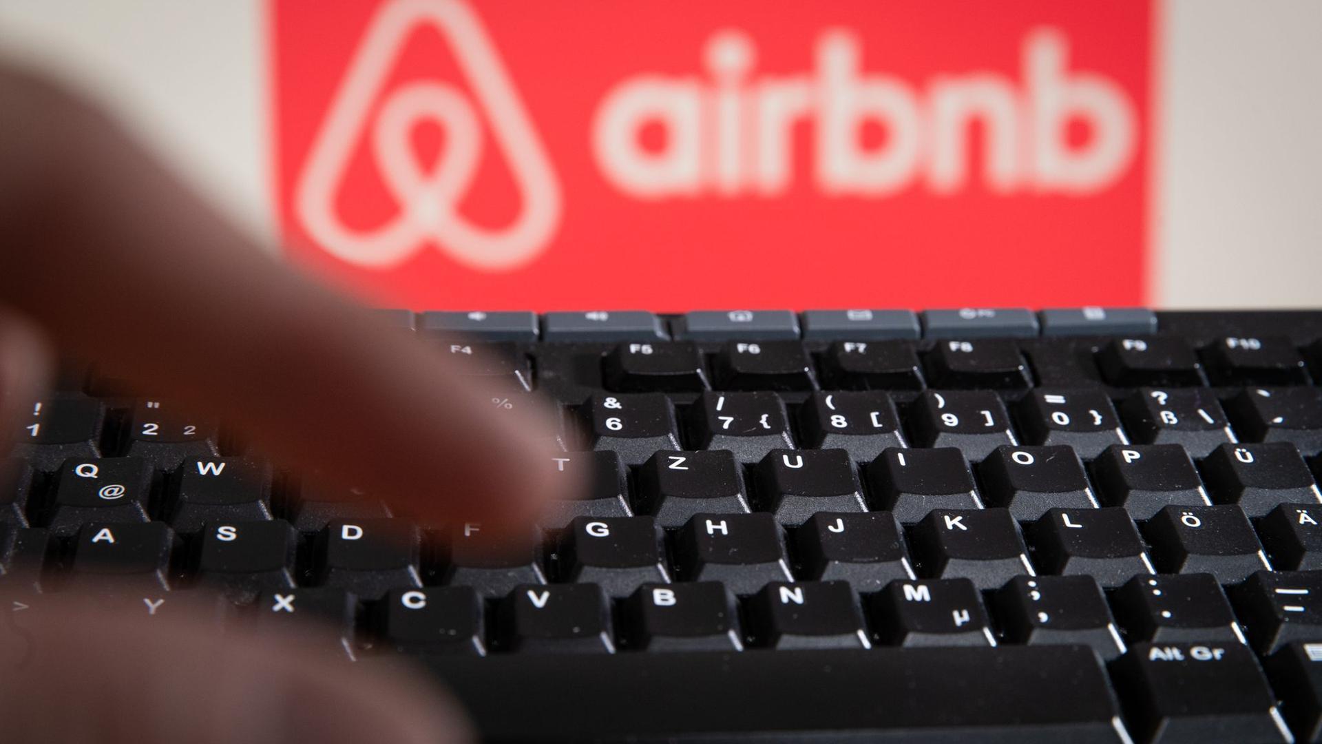 Der Apartment-Vermittler Airbnb leidet weiter unter der Coronavirus-Krise und hat zu Jahresbeginn tiefrote Zahlen geschrieben.