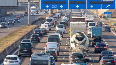 Eine Umfrage bestätigt den Eindruck, dass Menschen in der Corona-Krise am liebsten Auto fahren.