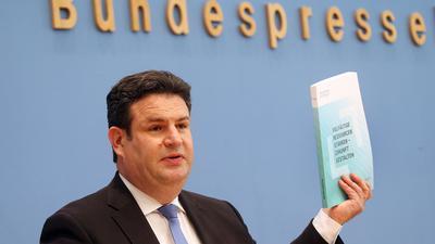 Hubertus Heil (SPD), Bundesarbeitsminister, beantwortet zur Übergabe des Arbeitsweltberichtes vor der Bundespressekonferenz Fragen von Journalisten.