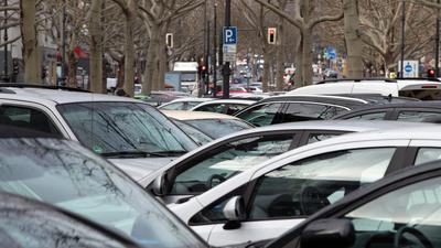 Dicht an dicht parkende Autos im Zentrum von Berlin.