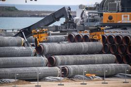 Rohre für die Ostseepipeline Nord Stream 2 auf dem Gelände des Hafen Mukran auf Rügen.